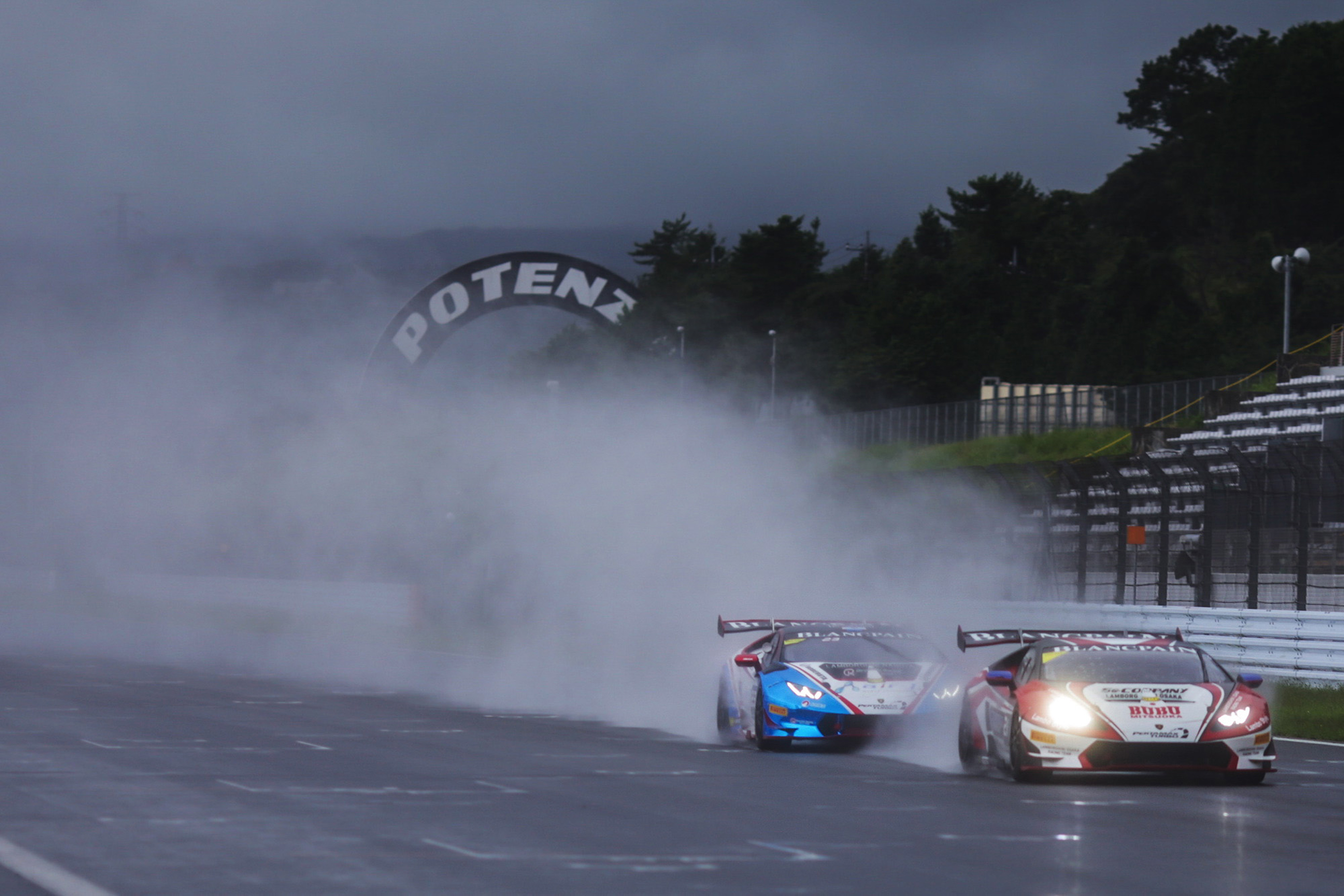 Huracàns in the wet at Fuji Speedway