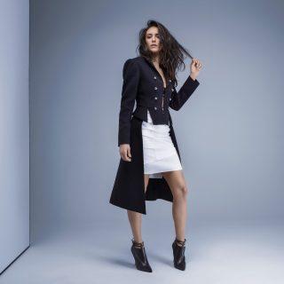 Coat-Burberry.-Bralette-Bottega-Veneta.-Choker-Adornmonde.-Skirt-Christian-Dior.-Shoes-Bottega-Veneta