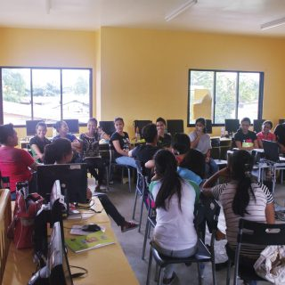 A-class-of-filipino-students-learning-English1