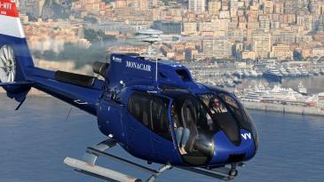 直升機橫越蔚藍海岸