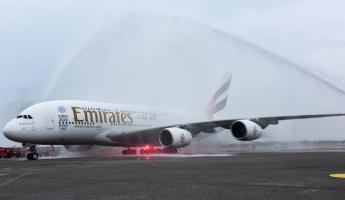 桃園國際機場以傳統灑水儀式,歡迎阿聯酋航空兩艙等A380客機