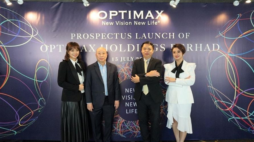 From left to right: Michelle Tan, Dr Stephen, Mr Yap, Sandy Tan (Photo: Optimax)