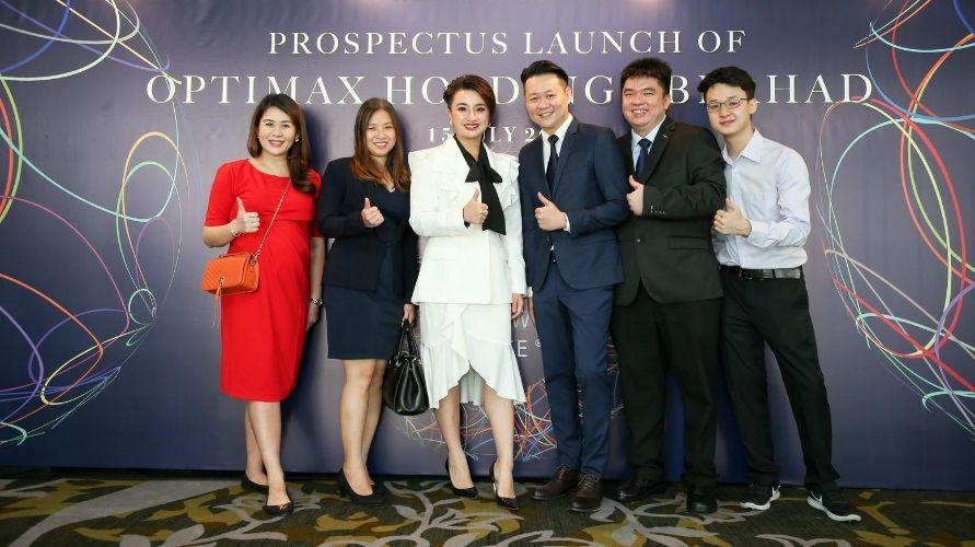 From left to right: Felicia Ang, Jennifer Ang, Sandy Tan, Tiong Hin, Pang, Max Teo (Photo: Optimax)