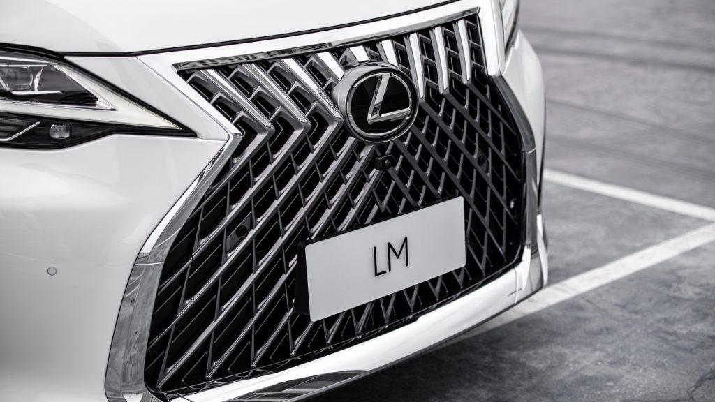 Lexus LM 350