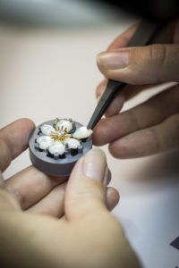 Savoire-faire: Adjusting a mother-of-pearl motif