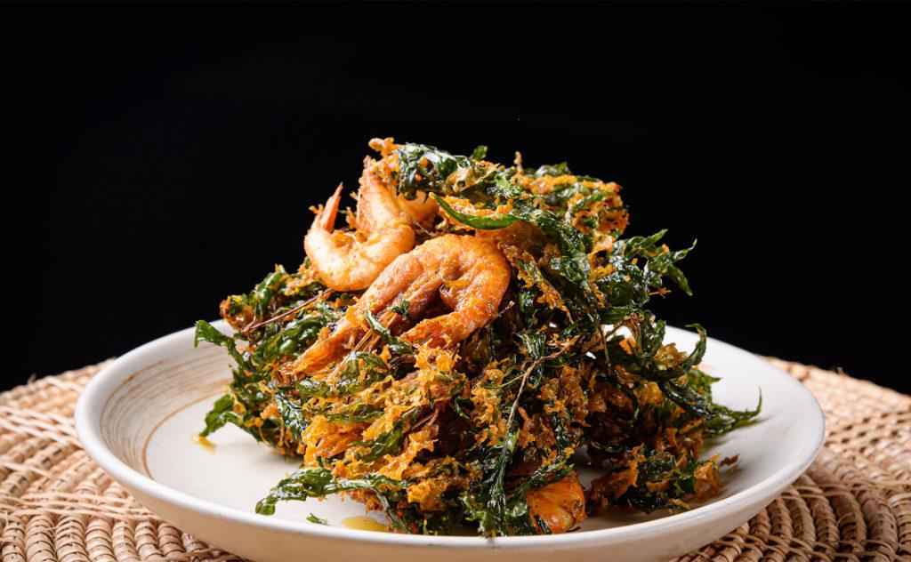 Deep-fried shrimp with Garuda leaves