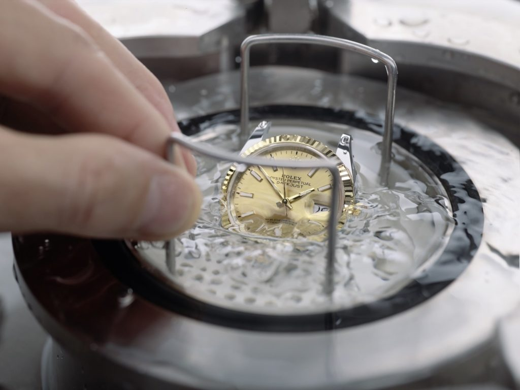 The watches' waterproofness is tested in hyperbaric tanks developed by the brand.